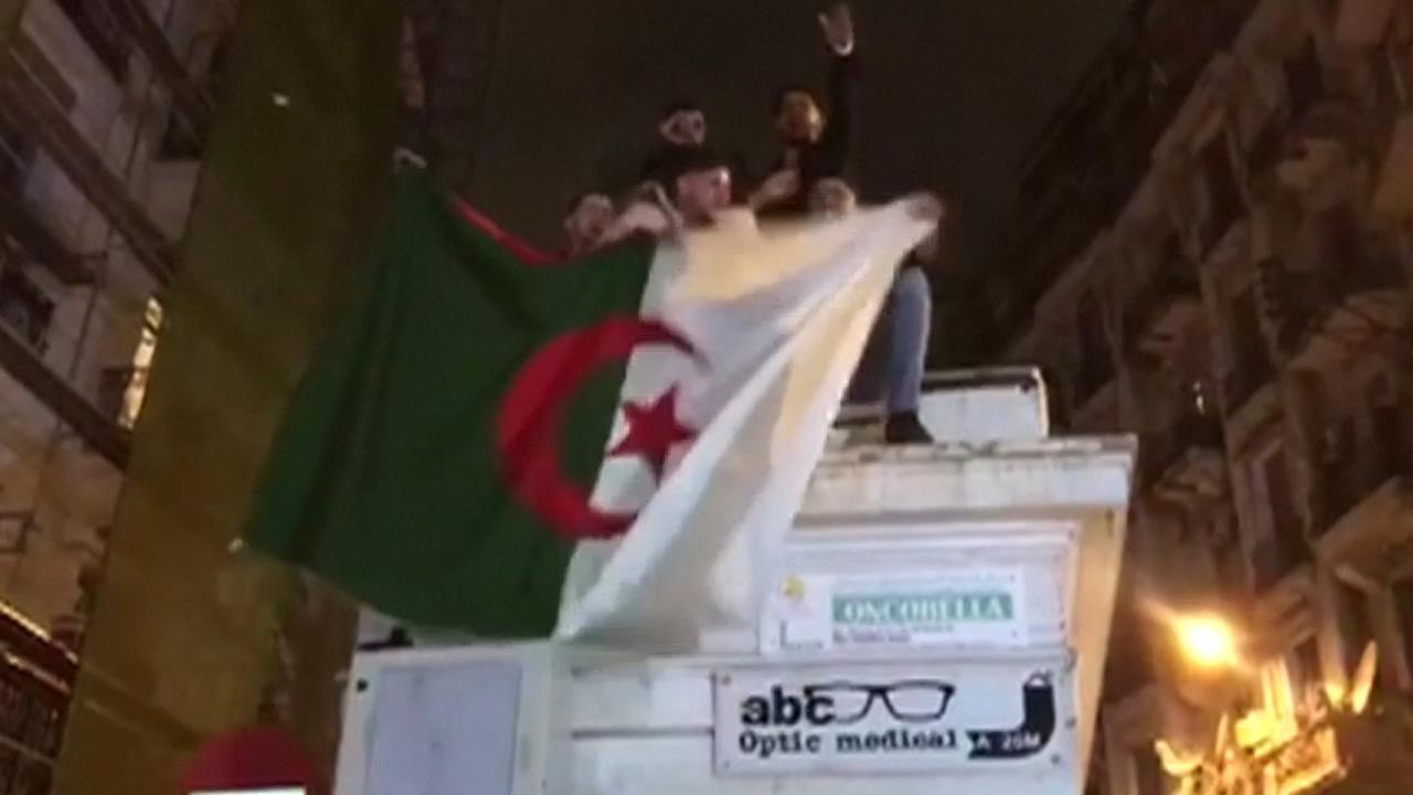 Algerijnen vieren dat president afziet van herverkiezing