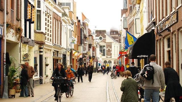 Stoepen verdwijnen in Folkingestraat