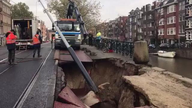 Tramverkeer plat en Jordaan tijdelijk zonder water door sinkhole Marnixstraat