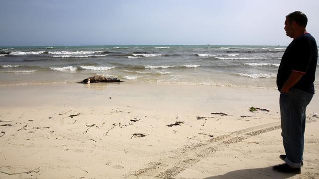 Lichamen van mogelijke vluchtelingen aangespoeld op strand Libië