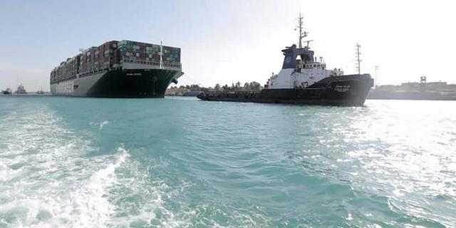 Suezkanaal Autoriteit krijgt sleepboot cadeau van eigenaar Ever Given