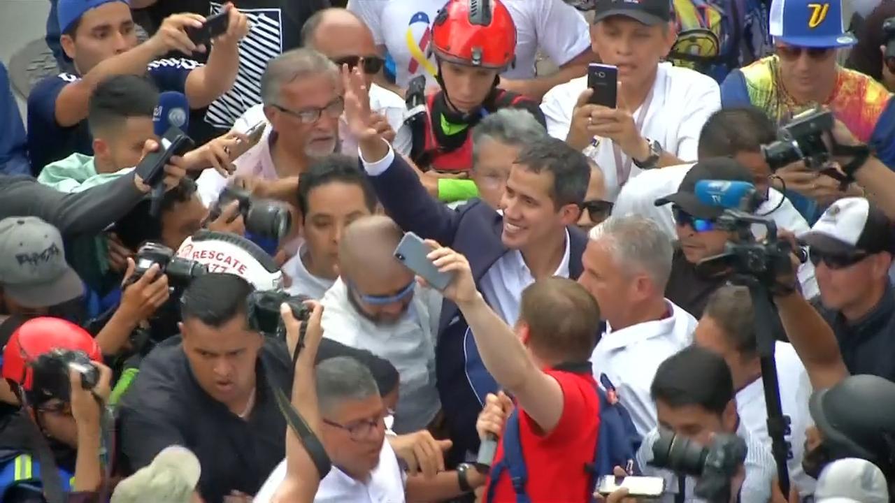 Interim-president Guaído euforisch onthaald bij terugkeer Venezuela