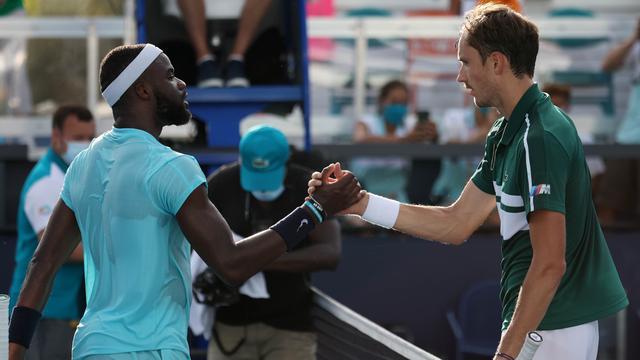 Daniil Medvedev (rechts) krijgt de felicitaties van Frances Tiafoe.