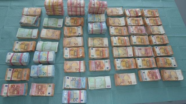 Politie vindt 2,2 miljoen euro cashgeld in Amsterdams pand