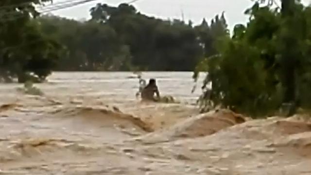 Filipijn klampt zich vast tijdens overstromingen door tyfoon