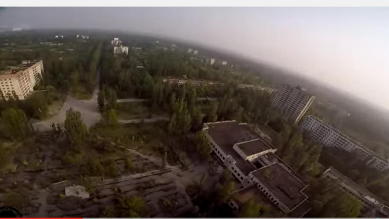 Jongen vliegt met drone door verlaten Tsjernobyl-stad Pripyat