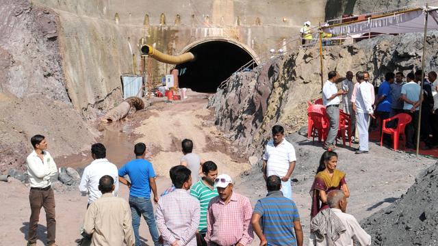 India boort tunnel naar opgesloten tunnelbouwers
