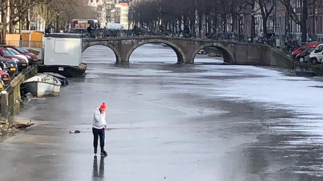 Waternet: Niet veilig genoeg om ijs van grachten op te gaan