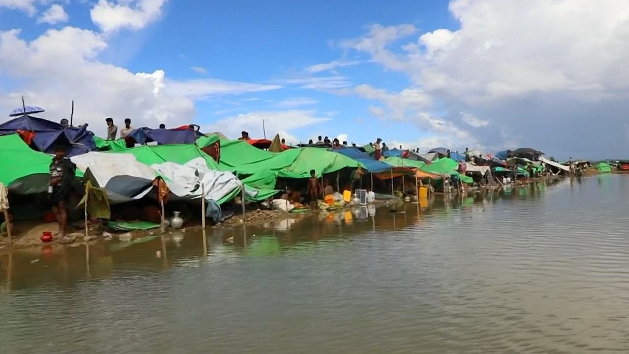 Rohingya-vluchtelingen in geïmproviseerde tentjes tijdens overtocht Bangladesh