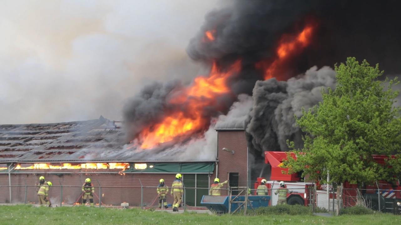 Brandweer bestrijdt grote brand in kippenschuur Renswoude