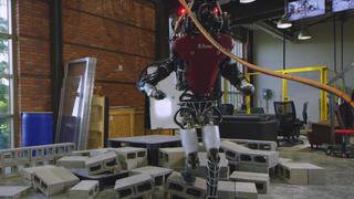 Robot Boston Dynamics loopt over oneffen terrein door nieuwe software