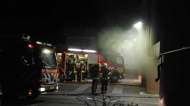 Enorme brand in garage Winkelhof legt meerdere auto's in as