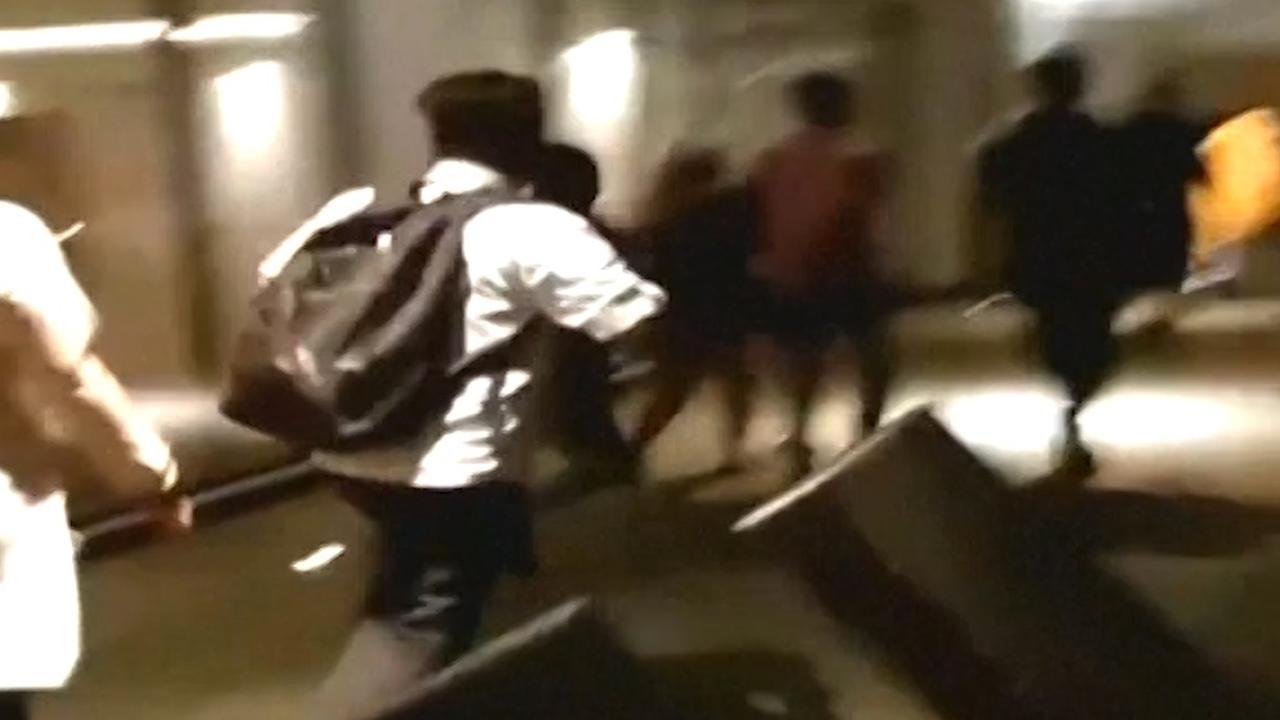 Hotelgasten rennen in paniek naar uitgang tijdens aardbeving Java
