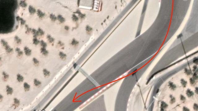 De situatie bij het uitkomen van bocht 4, met het asfalt voorbij de witte lijn.