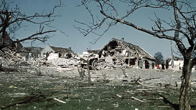 1942: Een vliegtuigbom verwoest een boerderij in Herten.