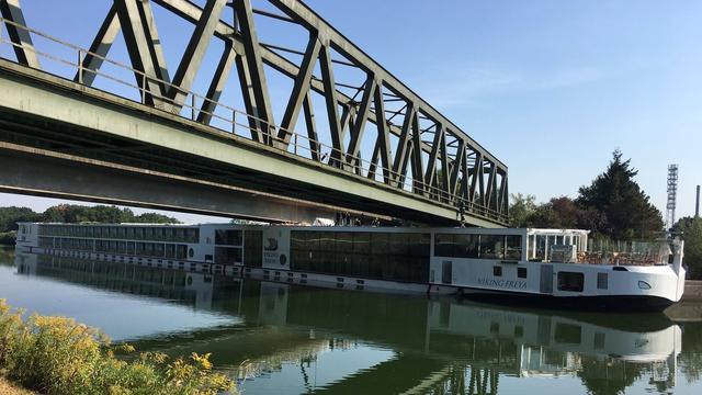 Cruiseschip botst tegen brug bij Duitse stad Neurenberg