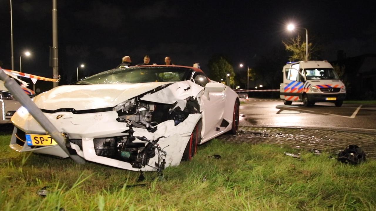 Lamborghini in trouwstoet knalt tegen paal in Maasdijk