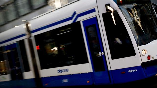 Auto botst met tram op Roelof Hartplein in Zuid
