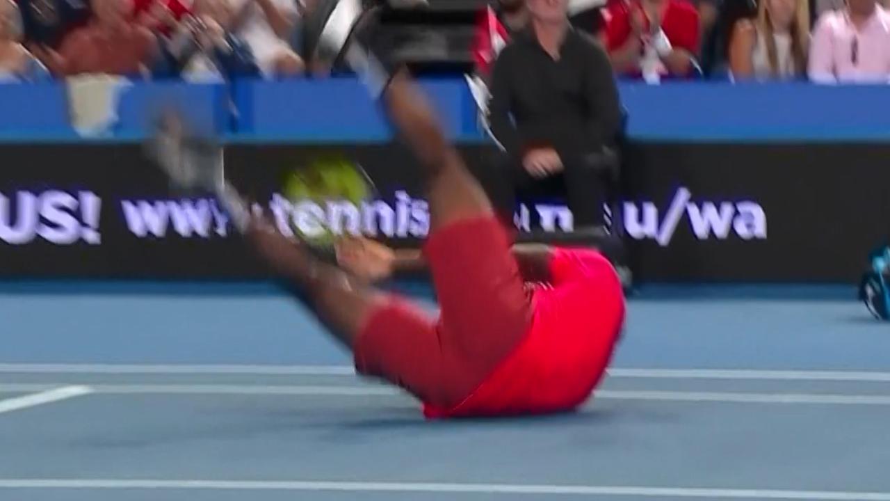 Federer raakt Tiafoe met zeldzame misser op Hopman Cup