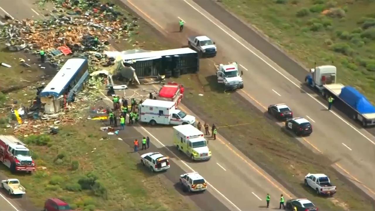 Helikopter toont ravage na fataal ongeluk met bus in VS