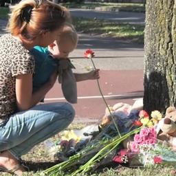 Voorbijgangers leggen bloemen en knuffels bij overweg in Oss