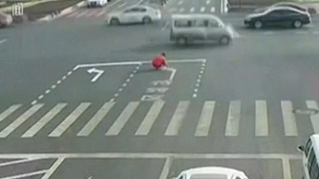 Chinees tekent verkeersaanwijzingen om auto's van eigen weg te leiden