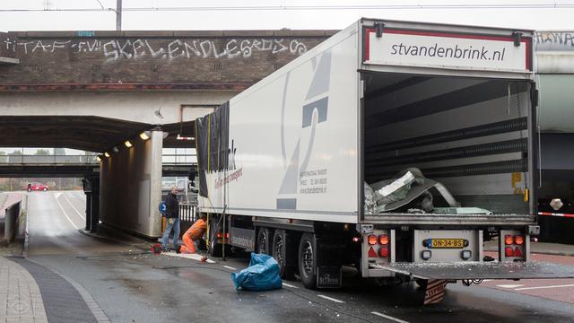 Vrachtwagen komt klem te zitten onder spoorbrug Cruquiuskade