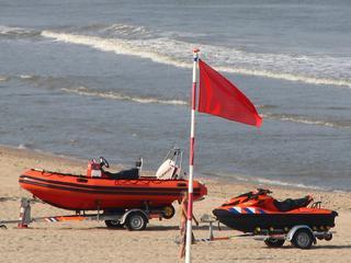 Dinsdag 11 augustus: BIj Egmond aan Zee staat de rode vlag op het strand.