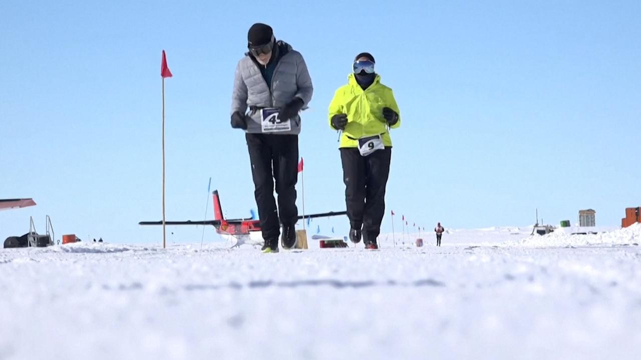 84-jarige man loopt marathon op Antarctica