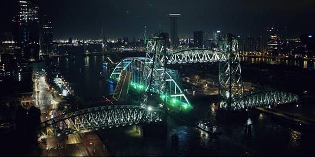 Verplaatsing van lange brug door Rotterdam verloopt volgens planning