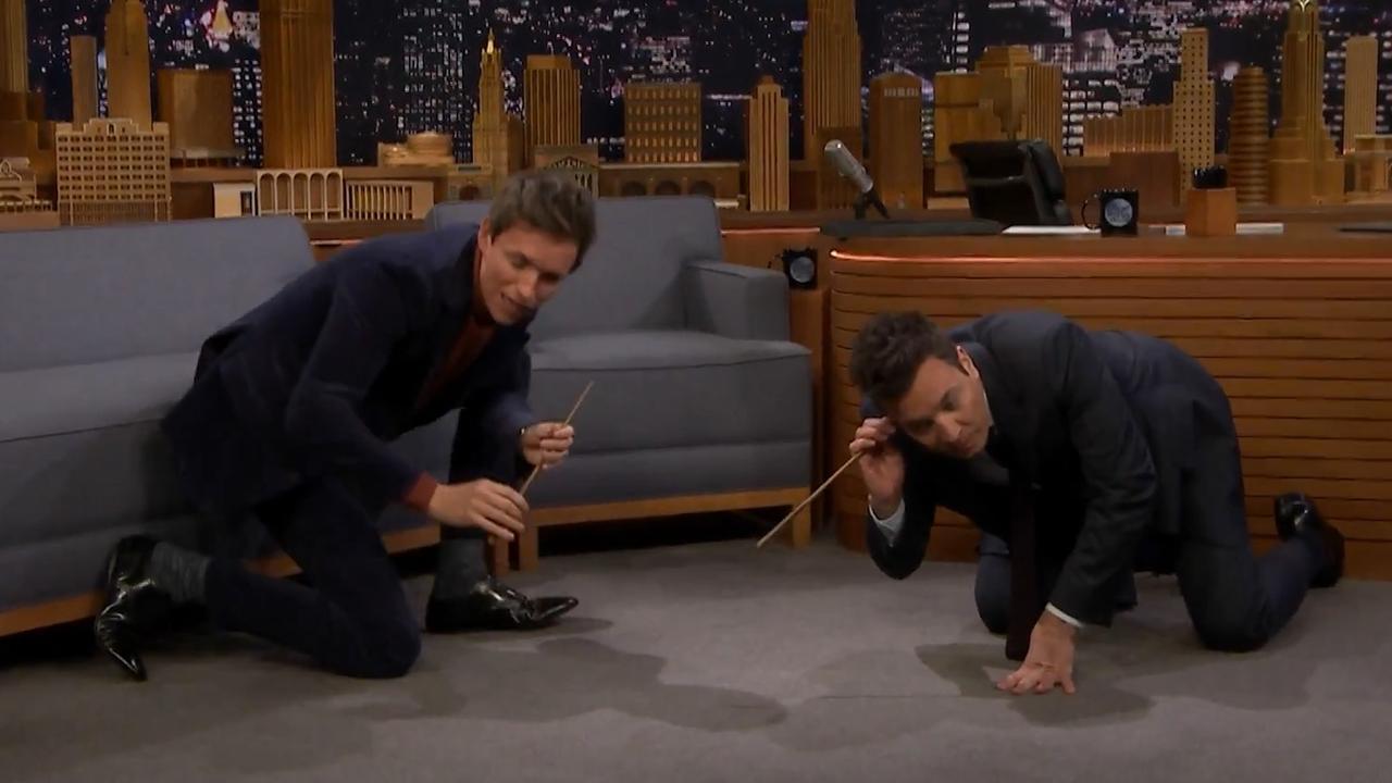 Eddie Redmayne leert Jimmy Fallon toverstokbewegingen