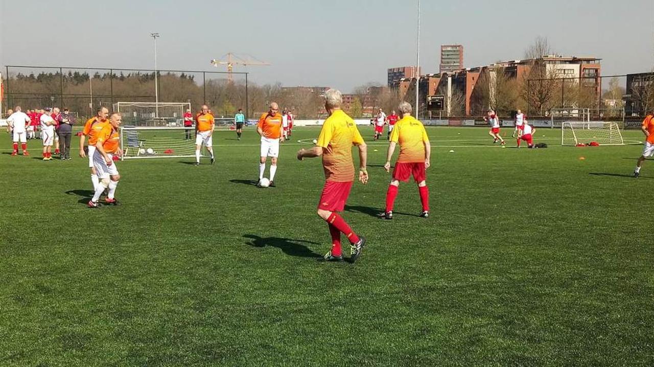 Eerste walking football-toernooi voor senioren bij DBS in Eindhoven