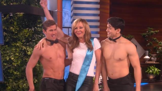 Ellen geeft Oscarwinnares Allison Janney feestje met ontblote mannen