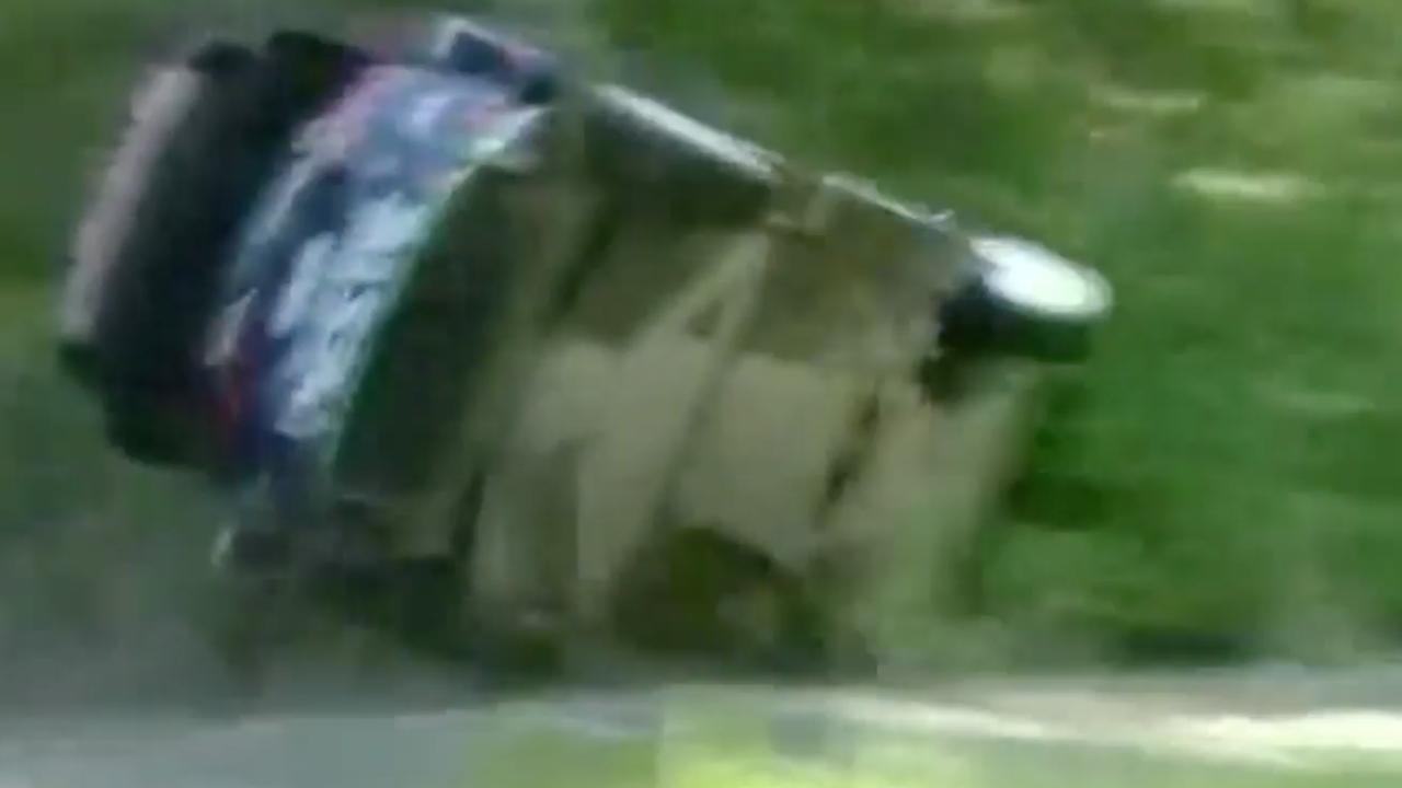Auto vliegt hard uit bocht tijdens rally in Finland