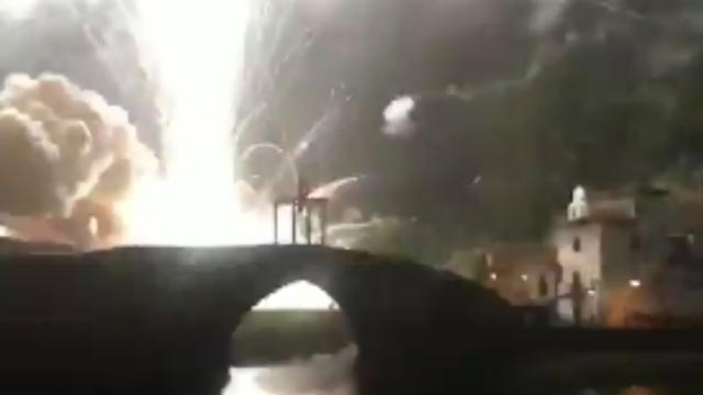 Vuurpijl veroorzaakt enorme explosie bij vuurwerkshow in Spanje
