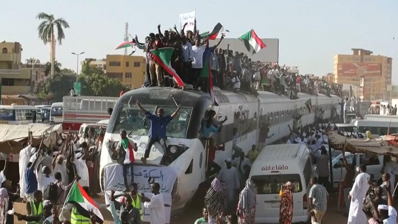 Demonstranten Soedan rijden op treindak hoofdstad binnen