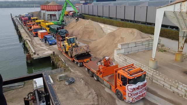 Tientallen vrachtwagens op ring Rotterdam uit protest tegen stikstofbeleid