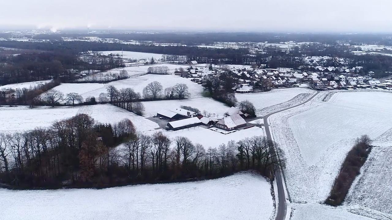 Drone toont besneeuwde landschappen in oosten van Nederland