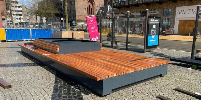 Gemeente Groningen plaatst grote zitbanken op Grote Markt