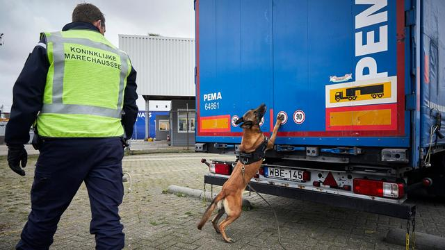Twee medewerkers van bedrijf op Schiphol vast voor drugssmokkel
