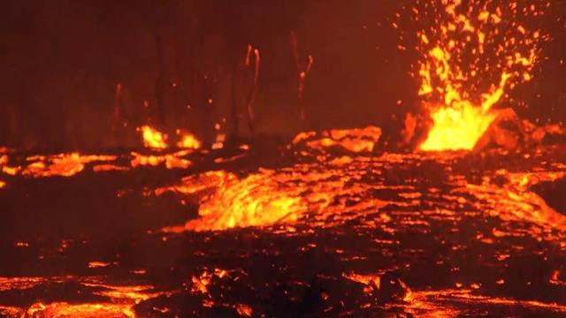 Kolkende lava stroomt naar beneden na uitbarsting Kilauea