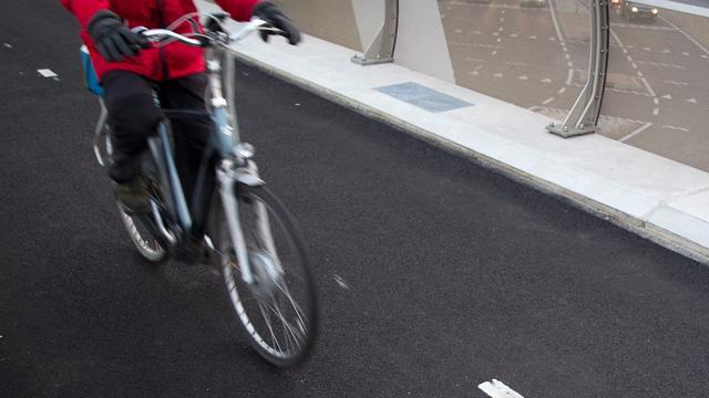 Eerste pictogram op fietspad in Utrecht onthuld