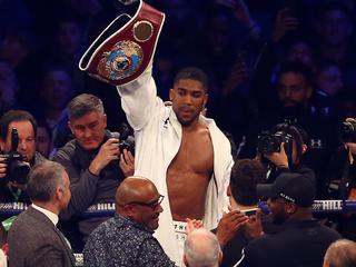 Brit eerste bokser met vier wereldtitels in zwaargewicht