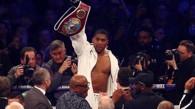 Wereldkampioen zwaargewicht Joshua bokst twee keer in vol Wembley