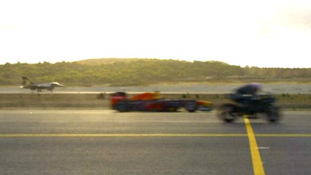Superbike wint race van straaljager en formule 1-auto op vliegveld Istanbul
