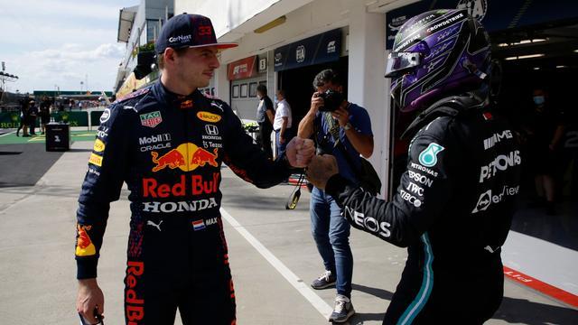 Max Verstappen en Lewis Hamilton tonen respect naar elkaar na afloop van de kwalificatie voor de Grand Prix van Hongarije.