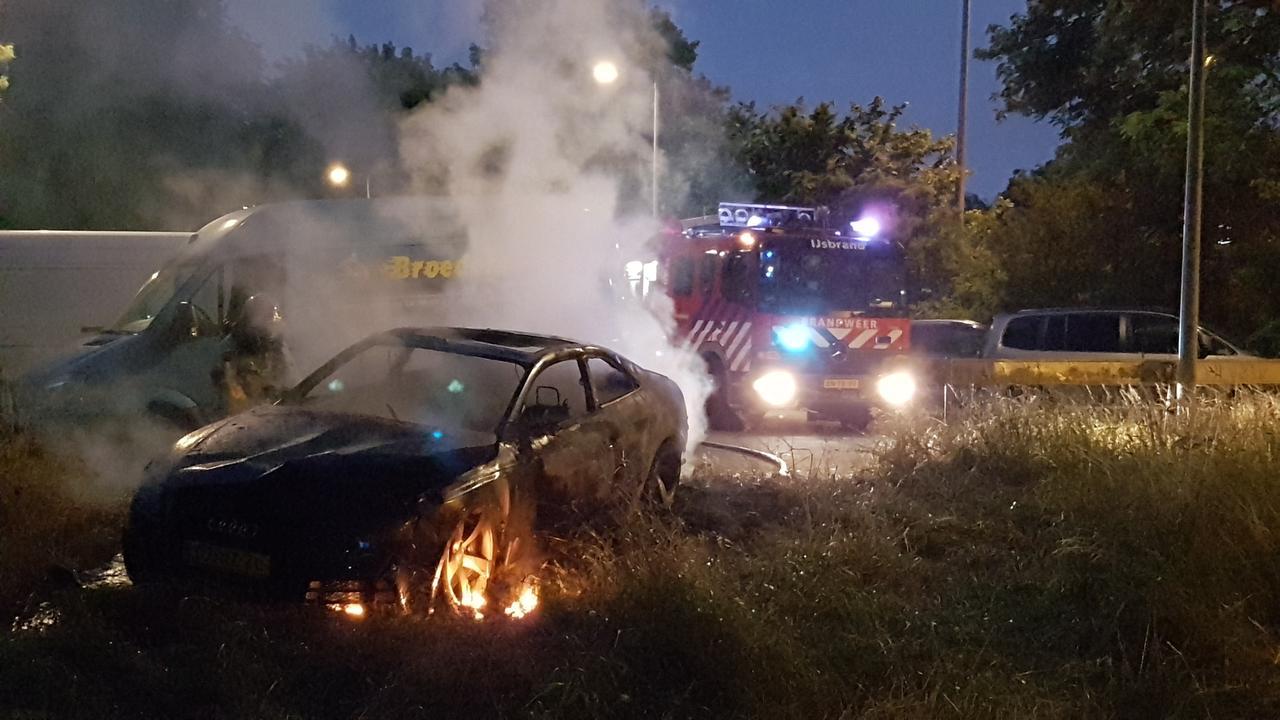 Brandweer blust mogelijke vluchtauto van aanval TMG-pand