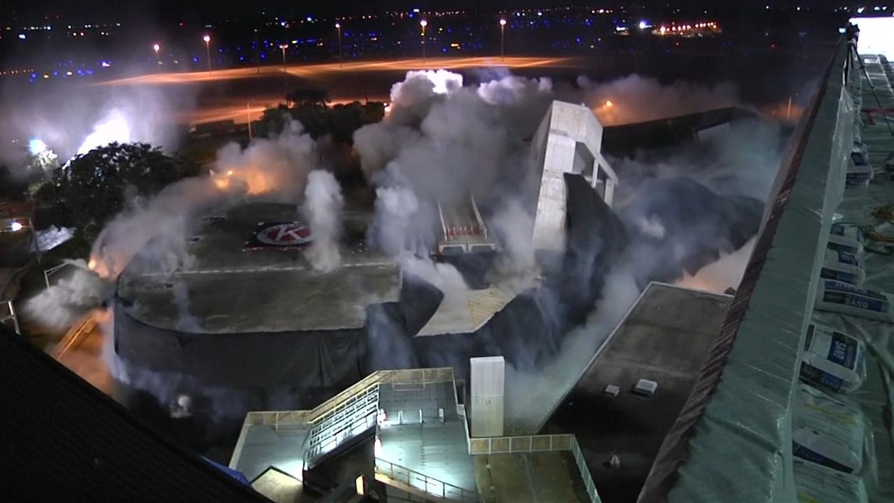 Camera filmt implosie parkeergarage bij vliegveld Tampa