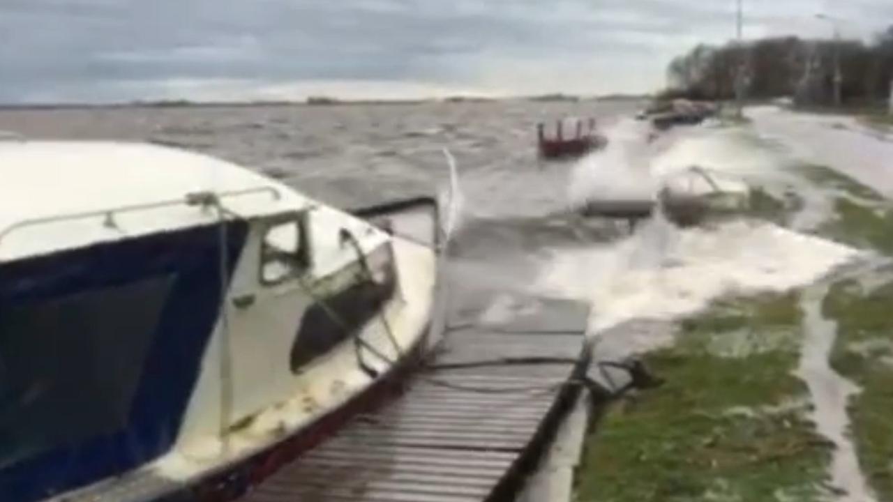 Plezierboten hebben last van storm op de Westeinderplassen