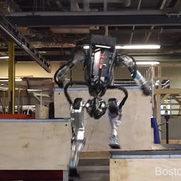 Slimme Atlas-robot kan met gemak parcours lopen